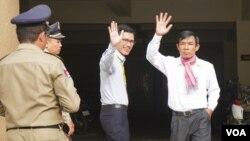 Cựu phóng viên của đài RFA Uon Chhin và Yeang Sothearin bên ngoài tòa án hôm 3/10.