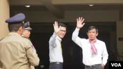 Dua mantan jurnalis Radio Free Asia, Uon Chhin (kanan) dan Yeang Sothearin (kiri), tiba di Pengadilan Phnom Penh, 3 Oktober 2019.