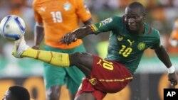 Vincent Aboubakar du Cameroun décoche un tir lors d'un match de football de la Coupe d'Afrique des nations Groupe D contre la Côte d'Ivoire au de Malabo, à Malabo, Guinée équatoriale, 28 janvier 2015.