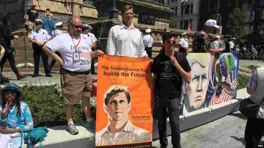 Le candidate transhumaniste, Zoltan Istvan, est présent avec ses militantslors de la convention nationale républicaine à Cleveland, le 19 juillet 2016.