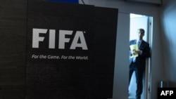 27일 스위스 취리히의 피파 본부 건물에서 직원이 기자회견 시작을 기다리고 있다.