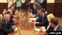 Američki državni sekretar za trgovinu Vilbur Ros, u pratnji ambasadora SAD u Srbiji Kajla Skota, razgovara sa predsednikom Srbije Aleksandrom Vučićem, u Beogradu, 6. septembra 2018.