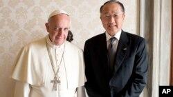 Paus Fransiskus berpose dengan Presiden Bank Dunia, Jim Yong Kim setelah pembicaraan di Vatikan, Senin (28/10).