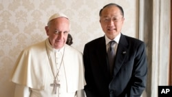 世界银行行长金镛和教皇方济各10月28日在梵蒂冈会晤。