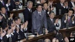 日本眾議院12月26日會議批准安倍晉三(站立者)繼任首相