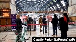 ប៉ូលិស និងទាហានត្រួតពិនិត្យអ្នកដំណើរដែលចាកចេញពីស្ថានីយរថភ្លើងដ៏សំខាន់មួយក្នុងក្រុង Milan ប្រទេសអ៊ីតាលី កាលពីថ្ងៃទី៩ ខែមីនា ឆ្នាំ២០២០។
