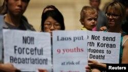 지난해 5월 탈북 청소년 9명을 라오스 정부가 강제북송하자, 한국 서울의 라오스 대사관 앞에서 인권단체 관계자들이 항의 시위를 벌이고 있다. (자료사진)
