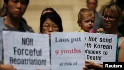 지난해 5월 탈북 청소년 9명을 라오스 정부가 강제소환한 가운데, 한국 서울의 라오스 대사관 앞에서 인권단체 관계자들이 시위하고 있다. (자료사진)