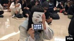 香港中学生示威者11月21日在元朗形点商场抗议721元朗事件。(美国之音记者海彦拍摄)