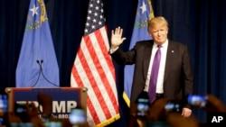 미국 공화당 대선 경선에 출마한 도널드 트럼프 후보가 23일 네바다주 당원대회에서 지지자들에게 손을 흔들고 있다.