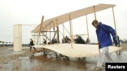 노스캐롤라이나주 킬데블힐스에 있는 라이트형제 기념관 관계자들이 지난 2003년 최초의 동력 비행기 '플라이어 1903'을 복원해 시험 비행에 나서고 있다.