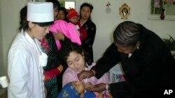 북한의 한 병원에서 2~5살 어린이를 대상으로 소아마비 예방접종을 실시하고 있다. (자료사진)