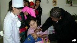 지난 2001년 북한에서 2~5살 아이들이 소아마비 예방접종을 맞기 위해 줄을 서 있다. (자료사진)