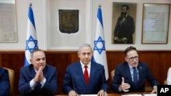 بنیامین نتانیاهو به همراه وزرای کابینه اش