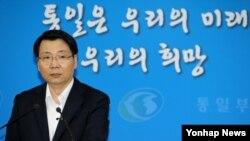 김형석 한국 통일부 대변인이 19일 정부서울청사에서 이상상봉과 금강산 관광재개 등 현안에 대해 브리핑하고 있다.
