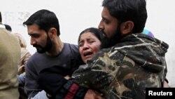 کراچی میں انسداد پولیو مہم کے دوران ہلاک کی جانے والی نسمیہ بی بی کے غمزدہ رشتے دار۔ 18 دسمبر 2012