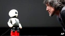 지난 6월 일본 도쿄에서 열린 6월 전시회에서 우주인 로봇 '키로보'가 개발자 후미노리 카타오카와 대화하고 있다.