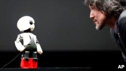 Fuminori Kataoka, manajer proyek humanoid dari Toyota berbicara dengan robot Kirobo (foto: dok). Kirobo dikirim ke stasiun antariksa (ISS) dan berbicara dari sana.
