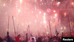 박근혜 대통령의 즉각 퇴진을 요구하는 촛불 집회가 열린 10일 시민들이 폭죽을 터트리고 있다.