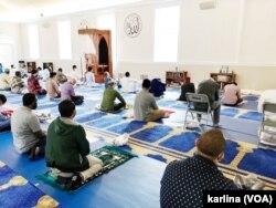 Warga muslim Amerika bersiap menunaikan sholat Idul Adha di masjid komunitas Muslim Indonesia di Masjid IMAAM Center, Silver Spring, Maryland, Jumat pagi (31/7). (Foto: VOA / Karlina Arifin)