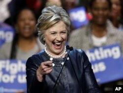 Bày Clinton hiện kém điểm so với đối thủ Bernie Sanders trong các cuộc thăm dò mới nhất ở Wisconsin.