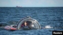 """Presiden Rusia Vladimir Putin terlihat di dalam kapsul selam C-Explorer 5 (15/7) setelah menyelam untuk melihat bangkai kapal perang """"Oleg"""", yang tenggelam pada abad 19 di Teluk Finlandia, Laut Baltik. (Reuters/Aleksey Nikolskyi/RIA Novosti/Kremlin)"""
