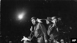Fidel Castro phát biểu trước đám đông người ủng hộ tại một căn cứ quân sự cũ của chính quyền Batista.