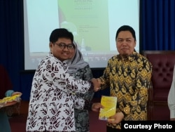 "Direktur Maarif Institute, Muhammad Abdullah Darraz, menyerahkan buku ""Milenial Bincang Perdamaian"" kepada Dekan Fakultas Ushuluddin UIN Bandung, Rosihon Anwar, Kamis (10/1/2019). Buku itu merupakan antologi esai dari generasi muda dan membahas upaya menj"