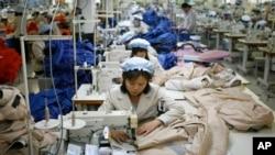 Buruh Korea Utara bekerja di kawasan industri bersama Kaesong dengan upah yang relatif murah (foto: dok).