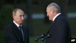 31일 벨라루스에서 정상회담을 가진 푸틴 러시아 대통령(왼쪽)과 알렉산더 루카센코 대통령.
