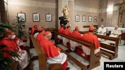 Paus Fransiskus dan Paus Emeritus Benediktus XVI menghadiri pertemuan usai upacara konsistori untuk melantik 13 kardinal baru di Vatikan, Sabtu, 28 November 2020.