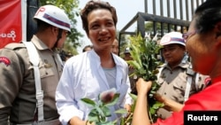 缅甸总统温敏在传统新年日大赦了大约8500名囚犯。一名囚犯走出仰光永盛监狱的大门。(2018年4月17日)