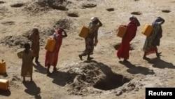 صحرائی علاقوں میں لوگوں کو پانی کی تلاش میں میلوں پیدا چلنا پڑتا ہے۔