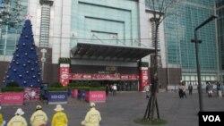 台北著名观光地标101大楼前的陆客明显减少(美国之音张永泰拍摄)