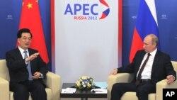 Presiden Rusia Vladimir Putin bertemu Presiden Tiongkok Hu Jintao di sela-sela KTT APEC di Vladivostok, Rusia (Jumat, 7/9).