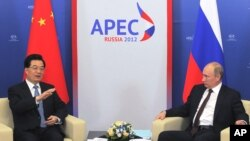Tổng thống Nga Vladimir Putin (phải) và Chủ tịch Trung Quốc Hồ Cẩm Đào trong hội nghị thượng đỉnh Hợp tác Kinh tế châu Á - Thái Bình Dương (APEC) tại Vladivostok, Nga, 7/9/2012
