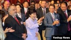 박근혜 한국 대통령이 25일 브라질 상파울루 한 호텔에서 열린 K팝과 함께하는 한·브라질 패션쇼에 참석하며 브라질 한류팬에게 손을 흔들고 있다.