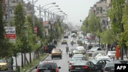 Mobil-mobil memadati jalanan di kota Homs setelah kota ini berada di bawah kendali pemerintah Suriah (7/5).