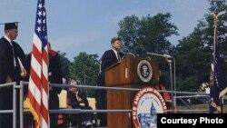 Президент Кеннеди выступает c напутственной речью перед выпускниками Американского университета в Вашингтоне. 10 июня 1963 г. Фото: JFK Library & Cecil Stoughton