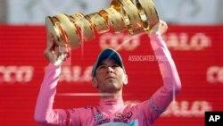 Pebalap sepeda Italia, Vincenzo Nibali mengangkat trophy setelah memenangi Tour Giro d'Italia di Brescia, Italia (26/5).