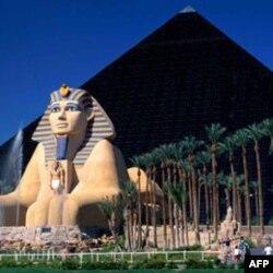 Một bức tượng rập khuôn đầu sư tử Sphinx của Ai Cập đặt sừng sửng trước kim tự tháp của Luxor