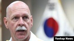 한국을 찾은 스콧 스위프트 미군 태평양함대사령관이 20일 서울 용산 미군기지에서 언론과 인터뷰를 하고 있다.