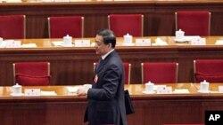 中共重庆前市委书记薄熙来3月9日站在全国人大会议主席台一片空座位之中