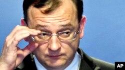 El Primer Ministro checo, Petr Necas, prometió luchar contra la corrupción y dimite tras verse salpicado con uno de los peores casos en la historia de la República Checa.