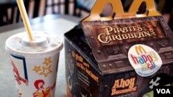 """Menu """"Happy Meal"""" yang disajikan McDonalds yang memikat anak-anak dengan berbagai jenis mainan."""