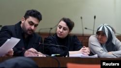Avukat Seda Basay-Yildiz (ortada) tehdit mektubu gönderilen kişiler arasında yer alıyor.