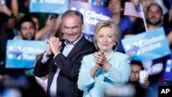 ຜູ້ລົງແຂ່ງຂັນເອົາຕຳແໜ່ງປະທານາທິບໍດີ ທ່ານນາງ Hillary Clinton ພ້ອມກັບສະມາຊິກສະພາສູງລັດ ເວີຈິເນຍ ທ່ານ Tim Kaine, ທີ່ການຊຸມນຸມຂອງພັກທີ່ສະໜາມກິລາ Panther ຂອງມະຫາວິທະຍາໄລ ນານາຊາດລັດ ຟລໍຣິດາ ນະຄອນ ມາຍອາມີ, ລັດ ຟລໍຣິດາ. 23 ກໍລະກົດ, 2016.