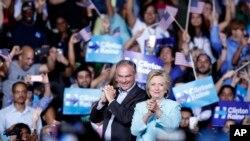 បេក្ខជនប្រធានាធិបតីខាងគណបក្សប្រជាធិបតី លោកស្រី Hillary Clinton និងបេក្ខជនអនុប្រធានាធិបតីលោក Tim Kaine នៅឯការជួបជុំមួយជាមួយអ្នកគាំទ្រក្នុងរដ្ឋ Florida កាលពីថ្ងៃទី២៣ ខែកក្កដា។