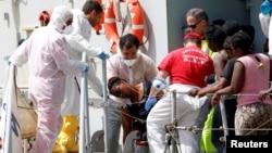 意大利医护人员帮助船上的一名妇女(2016年5月29日)