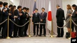 El primer ministro japonés Shinzo Abe (en el centro a la derecha) habla con la prensa luego de reunirse con el presidente electo Donald Trump.